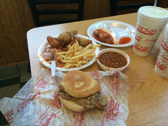Henderson, Carolina do Norte: Barbecue Chicken, Fried Chicken, Fries, Hush Puppies, Beans, Pulled Pork Sandwich, and Soda.