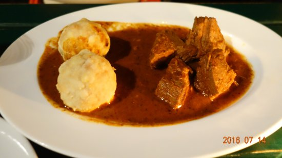 Amerling Beisl: You call that a goulash? Is there adequate soup/gravy for the dumpling?