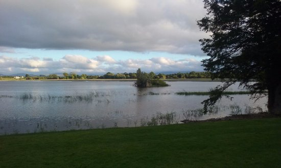Nenagh, Irlanda: The lake in front of the Manor Home. The little island has the ruins of an old castle tower.