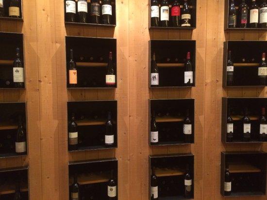 Terento, Italia: Varietà di vini nell'area bar