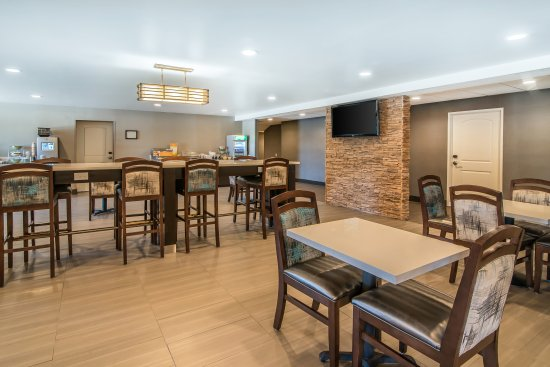 Quality Inn & Suites: Community Table