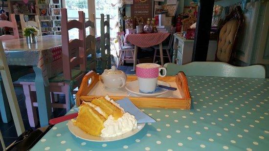 Great Yeldham, UK: Homemade lemon cake with fresh cream and lemon curd.