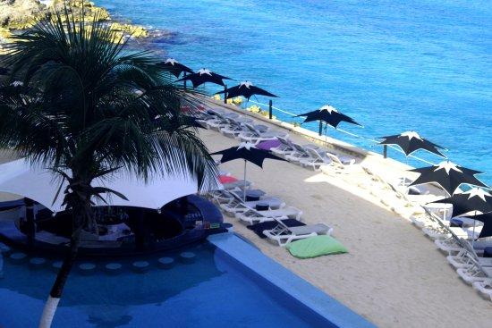 Coral Princess Golf & Dive Resort: Swim up bar and beach lounge area