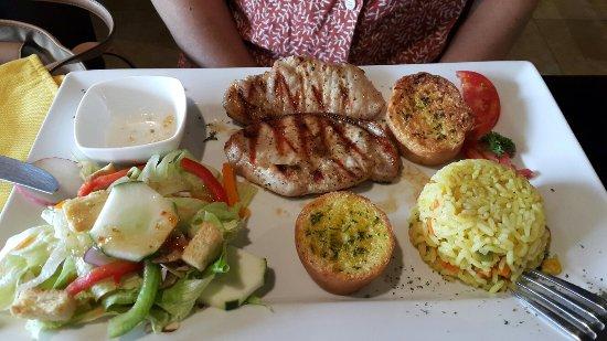 Gracias, Ονδούρα: Filete de Pollo en Salsa de Loroco y Medallones de Cerdo
