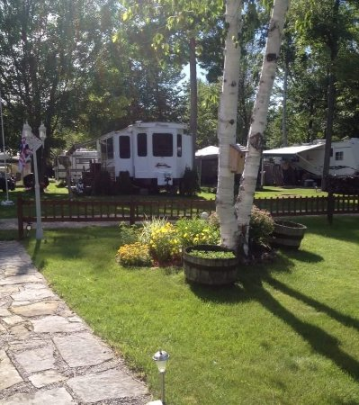 West Chazy, NY: beautiful landscaping