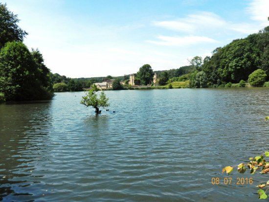 Haute-Normandie, Frankrijk: The ruins across the first lake