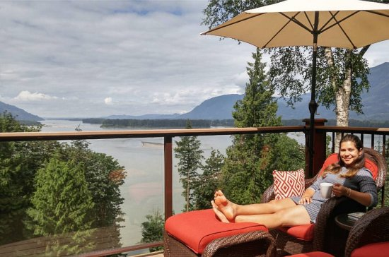 The Fraser River's Edge Bed & Breakfast Lodge : Huge balcony with chaise long, sofa, fireplace, and the best view ever!