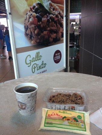 San Jose Metro, Costa Rica: Cafecito y pinto con natilla por solo 2000 colones. Buenazo!