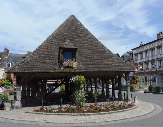 Lyons-la-Foret, Francia: Market hall at the head of the square