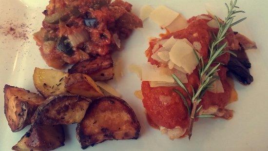 Lunel, France: Plancha de filets de poulet, aubergines grillés, coulis de tomates fraîches, copeaux de parmesan