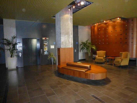 Hôtel de l'Institut: lobby and elevators