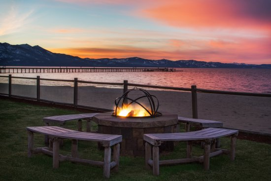 Tahoe Lakeshore Lodge and Spa: Outdoor Fire Pit at Sunset