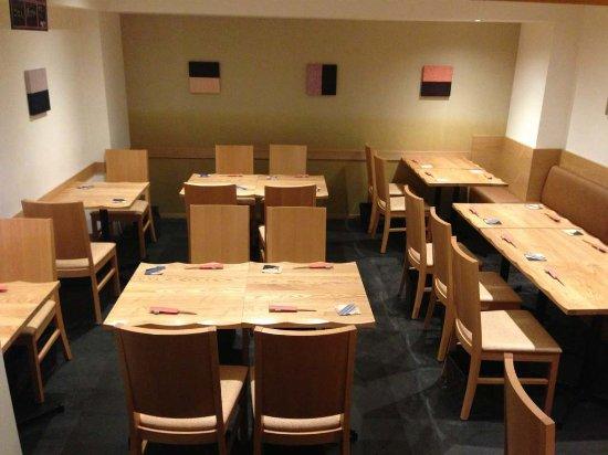 Kunitachi, Japan: 店内は、テーブル席です。