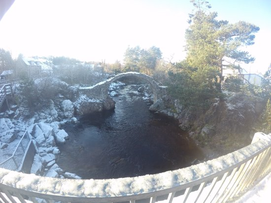 Aviemore, UK: Another point of view of the Old Bridge in Carrbridge