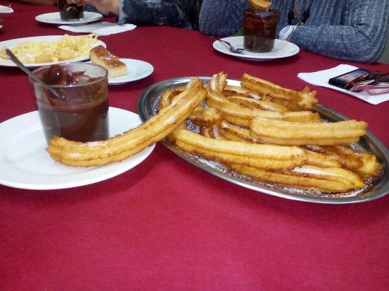 Eibar, Espanha: Como siempre todo perfecto. Esta vez era viernes y daban chocolate con Porras recién hechas allí