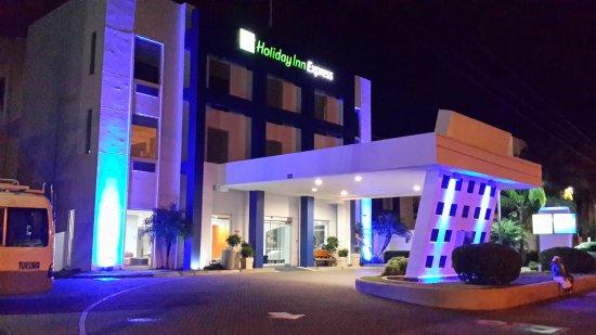 Santa Ana, Kosta Rika: Entrada del hotel. Vista nocturna