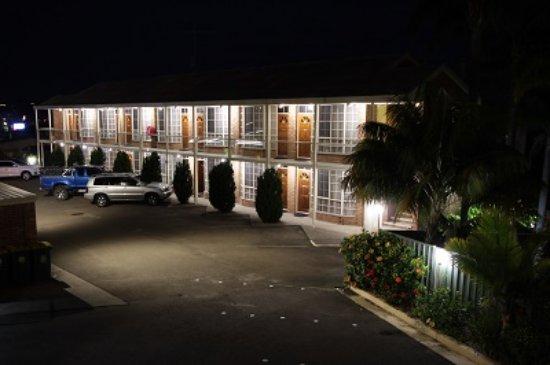Sapphire Waters Motor Inn: Motel at night Photo