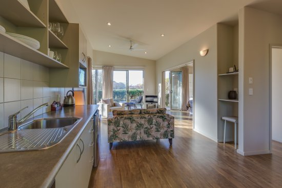 Te Awanga, نيوزيلندا: Lounge through Kitchen