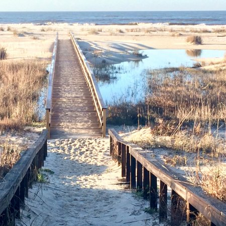 Inn at Dauphin Island: The walkway to the beach from the hotel.