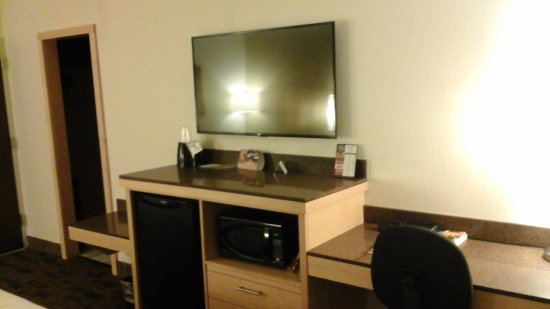 LivINN Hotel Minneapolis South / Burnsville : Large flat screen with numerous channels