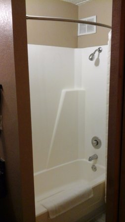 LivINN Hotel Minneapolis South / Burnsville : Cramped bathroom with low, low showerhead