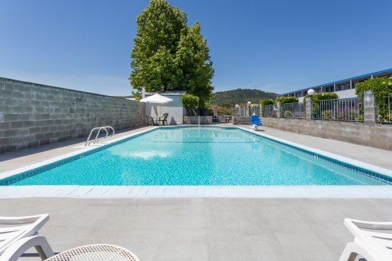 Grants Pass, OR: Relax by our swimming pool