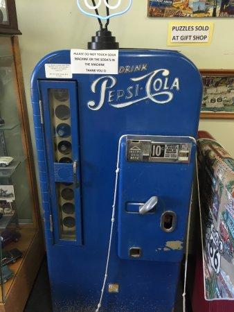 The California Route 66 Museum: maquina de pepsi