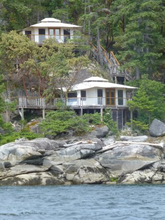 Halfmoon Bay, كندا: Picture of some of tenthouses from kayak