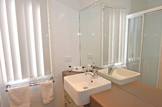 Palm Beach, Australia: Tallebudgera Creek two bedroom waterfront villa bathroom