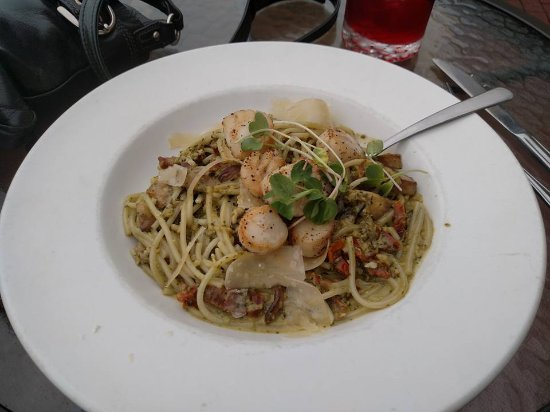 Dartmouth, Canada: Scallop Pasta (*Celiac, D) local Scallops, roasted garlic, sun-dried tomatoes, mushrooms, onions