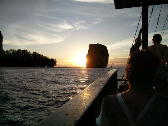 Krabi Sunset Cruises: parked for dinner