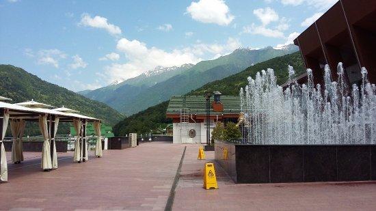 """Общественно-культурный центр """"Галактика"""": Открытые террасы с видом на горы"""