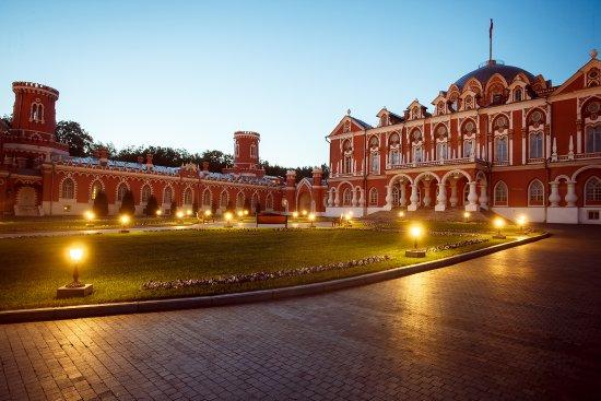 Petroff Palace Hotel : Palace at night time