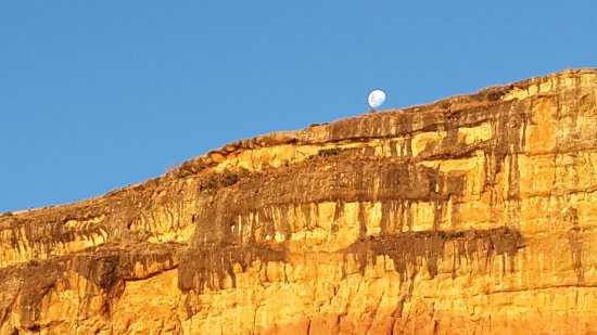 Fouriesburg, แอฟริกาใต้: With the sun setting and the moon rising