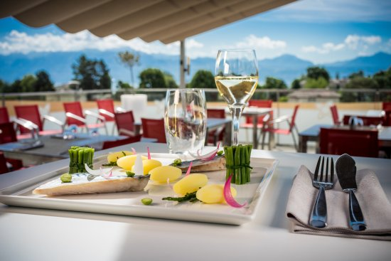 Saint-Sulpice, Schweiz: Repas en terrasse