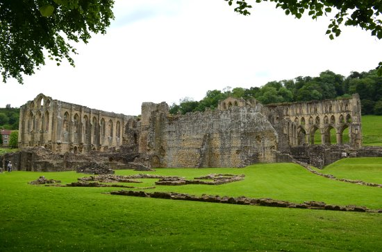 Helmsley, UK: Rievaulx Abbey, a lovely calm place despite a cloudy day