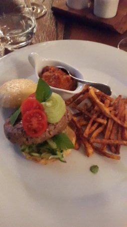 Fuschl am See, Austria: Burger vom Angus, Tomatencreme, Pommes von Süsskartoffel