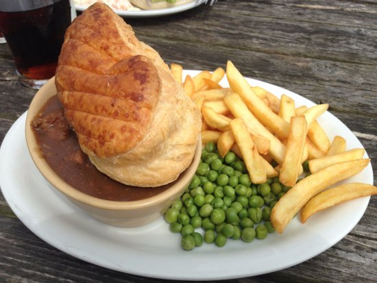 Coltishall, UK: Steak and Ale Pie with chips and peas