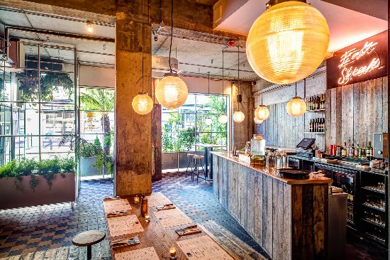 Côté bar - Picture of Flat Iron Curtain Road, London - TripAdvisor