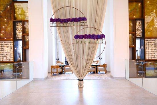 โรงแรมกามาร์ดีน: Vida Downtown Dubai Lobby Display