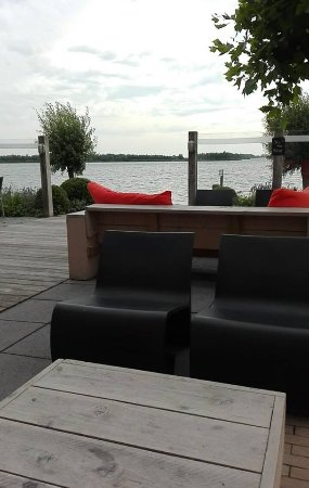 Putten, Nederland: Terrace, with a great view over the lake.