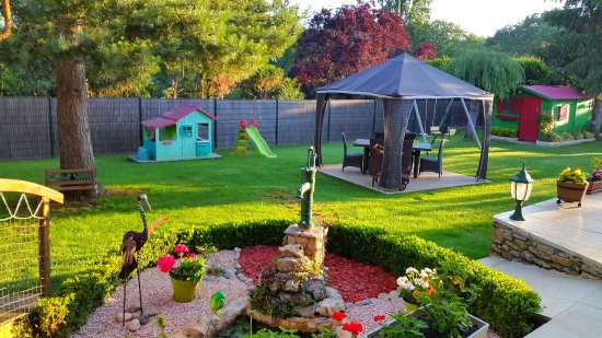 Siorac-en-Périgord, Francia: Aire de jeux pour enfants et tonnelle de jardin