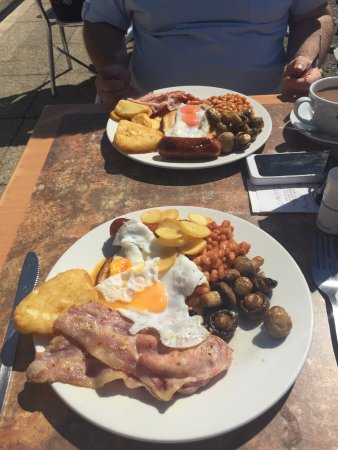 Southwick, UK: Outside the cafe with a wonderful breakfast to tuck into