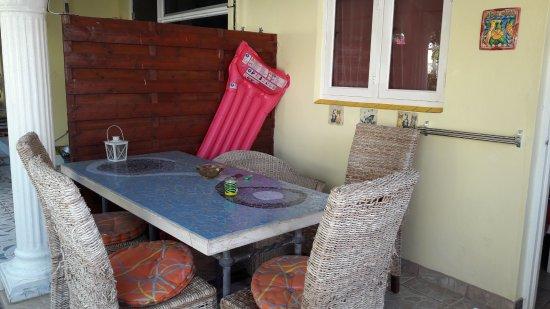 Villa Sunflower: zitje bij het appartement