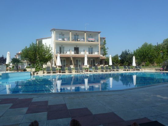 Nostos Hotel: Lovely inviting pool, overlooked by best rooms.