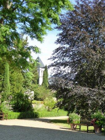 Sache, Fransa: L'église de Saché vue du parc du château