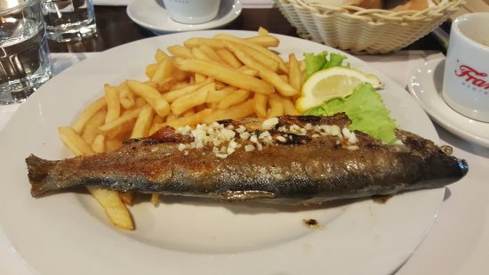 Zlatni Medo: Grilled fish with side of chips