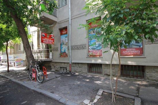 Yerevan Hostel: Entrance