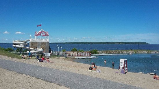 Temiskaming Shores, Kanada: A 1 min walk from motel - beach offers waterslide, floating dock and kids splash pad pool(not sh