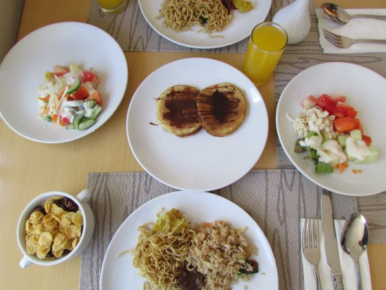 Quest Hotel Kuta: Breakfast, ada pancake, mie, salad, sereal, dan tentunya orange juice